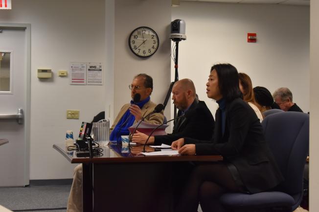 華裔家長朱雅婷(右一)作證時表示,市長控制權讓學生成為白老鼠。(記者顏嘉瑩/攝影)