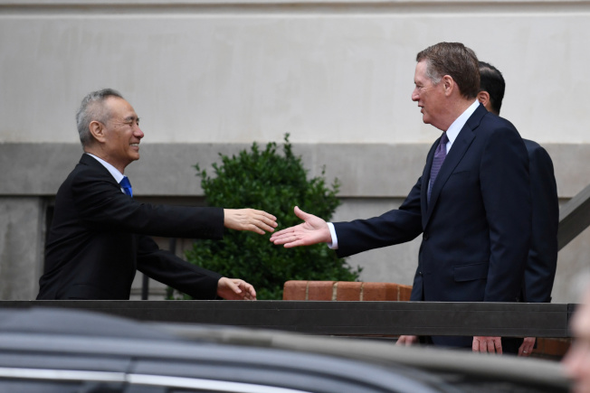 美中貿易談判第一階段結束,美方樂觀,中方謹慎。圖為中國副總理劉鶴(左)今年5月率團到華府,與美國貿易代表賴海哲(右)等談判。(路透)