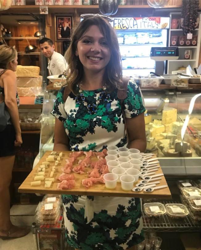 寶拉‧諾卡斯在麻州波士頓北端區擔任美食與歷史嚮導。圖為她準備帶遊客品嚐橄欖油和義大利香醋,搭配乳酪與火腿。 (取材自臉書)