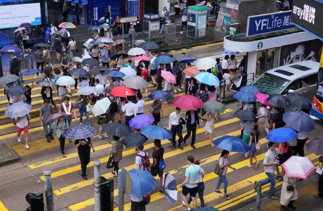 持續超過半年的反送中抗爭已嚴重衝擊香港經濟,圖為雨天的中環街頭。 (中通社資料照片)
