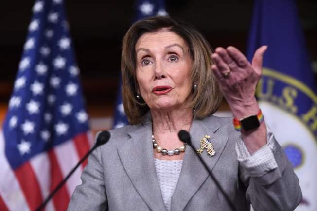民主黨眾院議長波洛西反擊川普的攻擊,指若不採取行動,就是失職。。(美聯社)