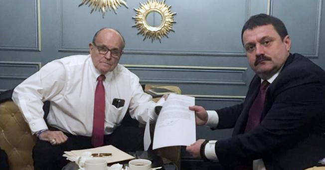 川普私人律師朱利安尼(左)在本月初突飛到烏克蘭基輔與烏國議員Adriii Derkach(右)會面,討論調查白登父子之事。(美聯社)