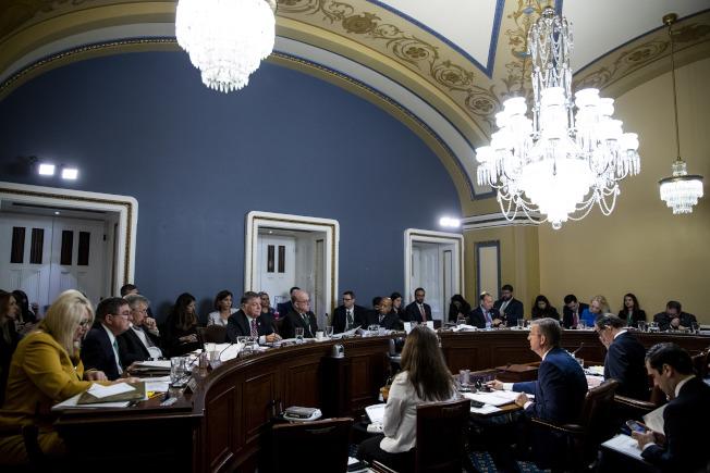 眾院程序委員會17日討論翌日眾院表決彈劾川普總統的投票規則,而750位歷史學者則聯署公開信,敦促眾院投票彈劾川普。(美聯社)