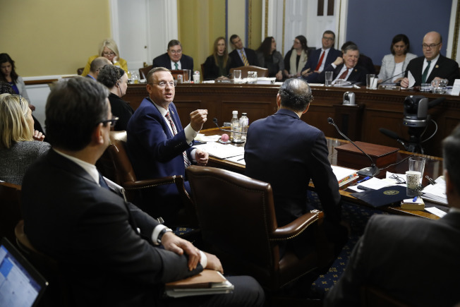 眾院程序委員會17日討論翌日眾院表決彈劾川普總統的投票規則,民主共和兩黨眾議員激烈爭辯。圖為共和黨眾議員柯林斯發言。(美聯社)