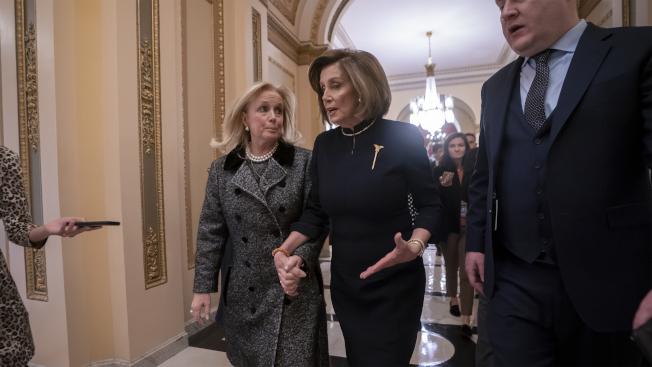 眾院議長波洛西(Nancy Pelosi)前往彈劾辯論現場。(美聯社)