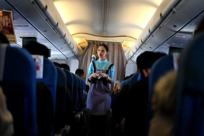 空姐在機上偶遇男子,以為愛神眷顧,卻發現對方是已婚男,還為了之前收過男子的禮物、金錢被判拘留。圖非當事人。(中新社資料照片)