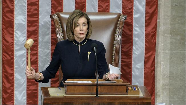 國會眾院議長波洛西敲下議事槌,宣布眾院通過彈劾川普總統。(美聯社)