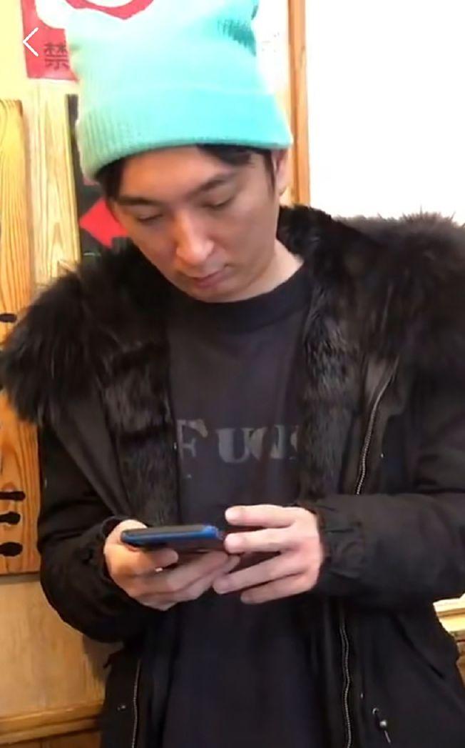 王思聰日前被發現在日本拉麵店排隊。(取材自微博)