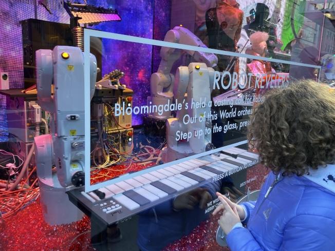 布魯明岱爾百貨櫥窗的機械臂會彈琴。
