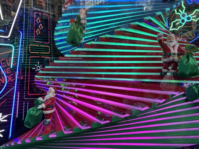梅西百貨櫥窗的耶誕老人。(熊傳慧/攝影)