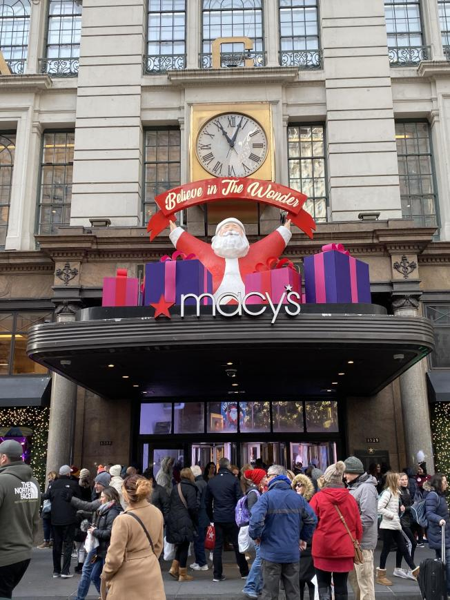 梅西百貨入口的耶誕老人。(熊傳慧/攝影)