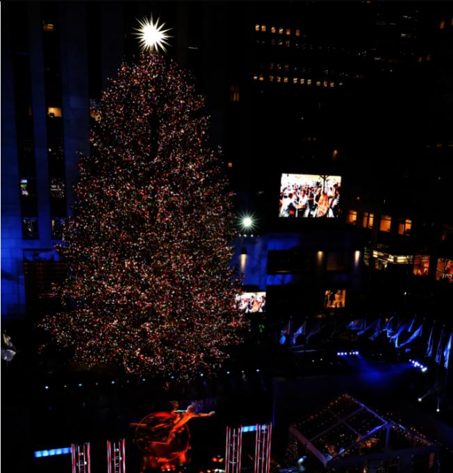 紐約洛克菲勒中心耶誕樹點燈後的情景。(路透)
