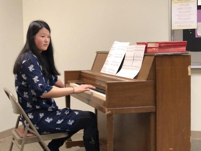 殘而不廢的華裔青年錫紀英鋼琴表演。(記者王宇平/攝影)