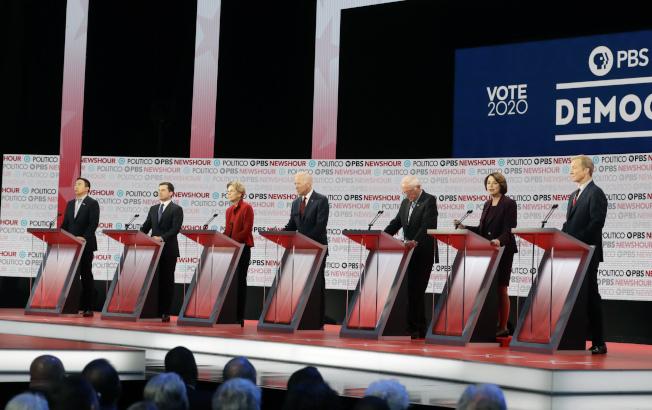 參加民主黨第六輪辯論的只剩七名參選人。左起楊安澤、布塔朱吉、華倫、白登、桑德斯、柯洛布查及史泰爾。(美聯社)