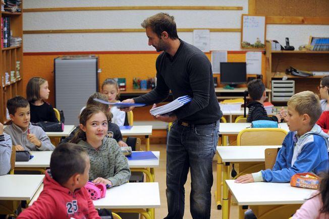 在社群網站分享開學日照片,要注意別讓校名曝光。 (Getty Images)