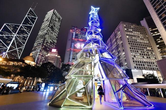 香港中環皇后像廣場的巨型藝術耶誕樹20日亮燈,設計以幾何圖形拼砌出耶誕樹的形狀,再配以LED霓虹燈帶裝飾,外型非常吸睛。(中新社)