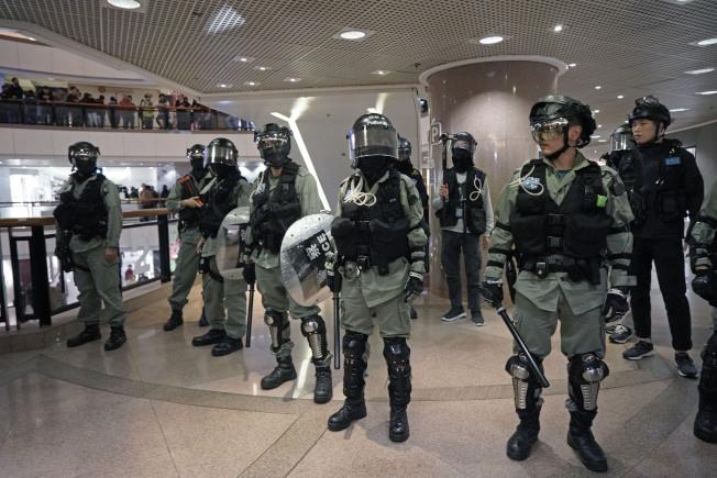 香港反送中抗爭已經持續數月,還沒有緩和的跡象。圖為防暴警察在尖沙咀鬧區海港城購物中心嚴陣以待。(美聯社)