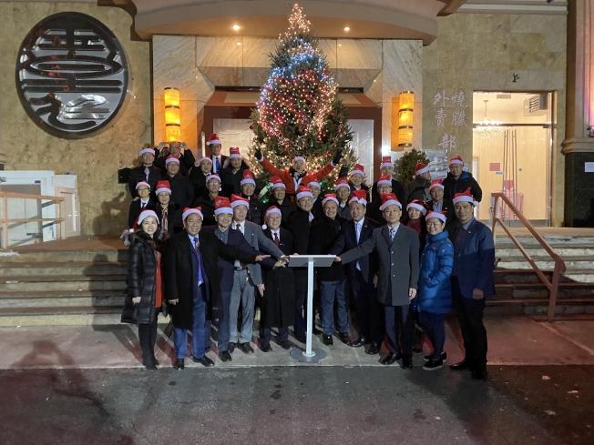由美國亞裔社團聯合總會主辦的第八屆耶誕樹點燈儀式日前舉行,來自各界的嘉賓們一同點亮耶誕樹,當五彩繽紛的耶誕燈亮起後,現場一片歡呼聲,也為社區和左鄰右舍送上節日的溫馨。亞總會會長陳善莊表示,這是該會第八年舉行耶誕點燈活動,感謝兄弟社團和各界的支持。亞總會常務會長姜書棟、美國福州僑聯總會會長陳鍵榕、福州琅岐同鄉會會長江磊、紐約台山聯誼會會長甄錦榮等人也出席。(圖與文:記者張晨)