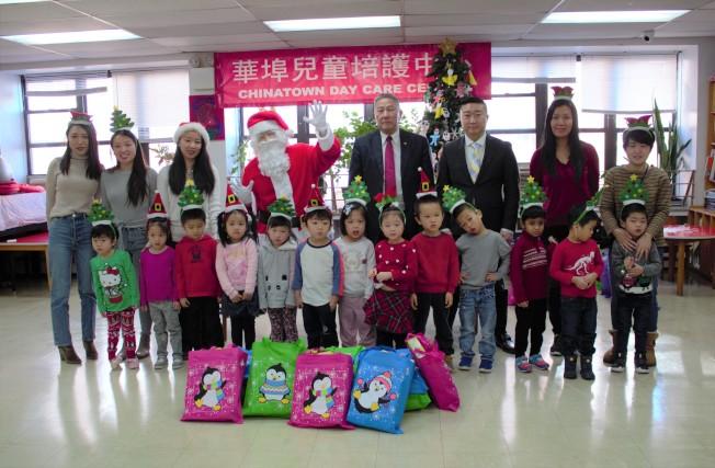 華埠兒童陪護中心日前舉行耶誕派對,100多名中心兒童在歌舞中慶祝節日,並與耶誕老人合影以及領取禮物;華埠兒童陪護中心校長李小愷表示,每年中心都為孩童準備拼圖、益智遊戲等玩具及書籍作為耶誕禮物,讓他們感受節日喜悅,利用這些禮物加強動手能力及獲取新知識;紐約中華公所主席伍銳賢和紐約台山寧陽會館主席曾偉康也出席派對,與孩子們合照留念。(圖:主辦方提供;文:記者金春香)