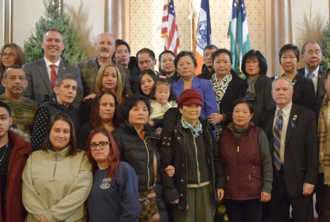 華裔警探劉文健及其搭檔拉莫斯(Rafael Ramos)在五年前的12月20日執勤時遇害,市警總局和兩位殉職警員生前工作過的84分局日前舉辦紀念活動,銘記兩人為保護城市與民眾安全作出的貢獻,剛上任的市警總局局長希爾(Dermot Shea)、市警管理分析與計畫辦公室主任陳文業等警界高官200多人出席;劉文健遺孀陳佩霞、女兒劉安兒(Angelina Liu)、劉文健父母劉偉棠、李秀燕以及拉莫斯的家屬等也到場。(圖與文:記者顏潔恩)