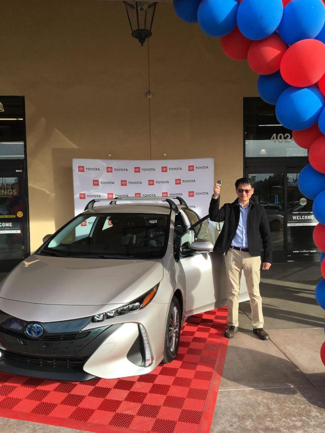 Eric Chen抽中Toyota Prius Prime汽車。(大華提供)