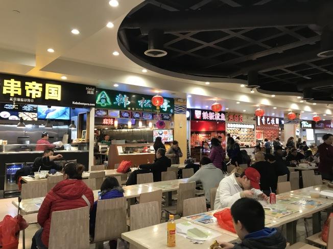 法拉盛美食廣場的平價美食,不用付小費,很受華裔民眾喜愛。(邵冰如/攝影)