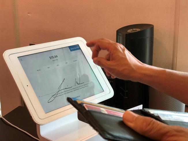 新式的ipad收銀機,讓消費者被迫在眾目睽睽下選擇給多少小費。(黃惠玲/攝影)