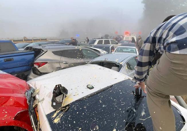 維吉尼亞州的64號州際公路上22日上午發生69輛車連環追撞事故,造成51人輕重傷。圖為車禍發生後,一名男子爬出車外。(美聯社)