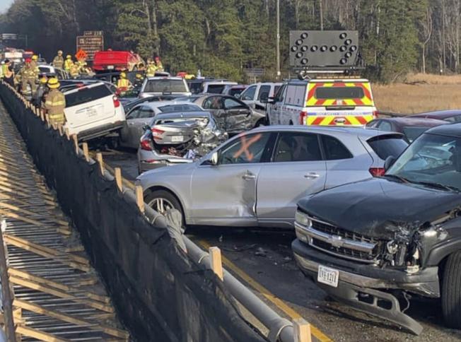 維吉尼亞州的64號州際公路上22日上午發生69輛車連環追撞事故,造成51人輕重傷。圖為車禍發生後,大批消防人員至現場救援。(美聯社)