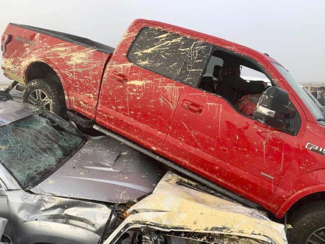 維吉尼亞州的64號州際公路上22日上午發生69輛車連環追撞事故,造成51人輕重傷。圖為一輛小卡車壓在另一輛轎車上。(美聯社)