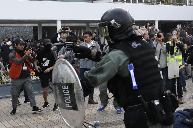 警民衝突時,有警員曾舉實彈手槍指向人群。(美聯社)