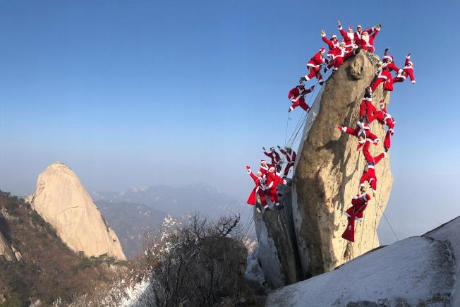 韓國登山客則是為了慈善目的爬上北漢山(Bukhan mountain),祈求平安和愛。美聯社