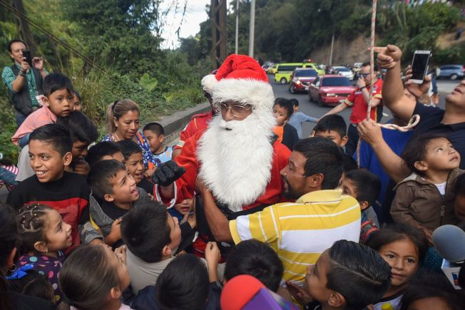 Hector Chacon一降落到地面馬上被民眾熱情擁抱,這真是最棒的耶誕禮物。(Getty Images)