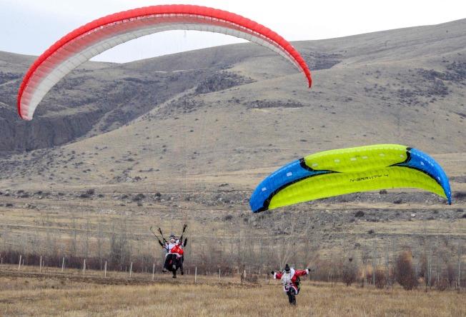 除了繩索外,在亞美尼亞共和國還有飛行傘員穿著耶誕裝扮,降落在草原上。(Getty Images)