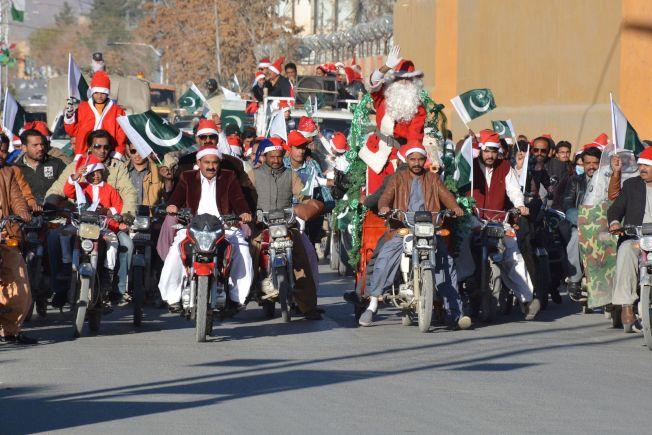 在巴基斯坦耶誕老人則騎著機車,浩浩蕩蕩準備送禮去!(Getty Images)