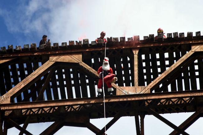 答案是:都錯!耶誕老公公可以從天而降,只需要一條繩子!(Getty Images)