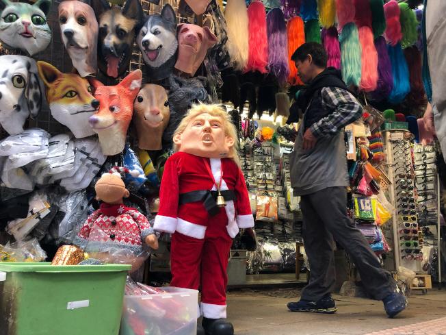 耶誕節來臨,一家香港商店裡,擺出戴著美國總統川普面具的耶誕老人,引人注目。(路透)