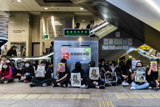 香港反送中抗爭未平息,23日有示威者到香港稅務大樓內靜坐抗議。(Getty Images)