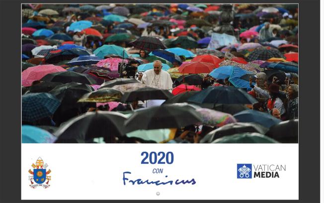 教廷2020年官方月曆封面是教宗與一群「撐著雨傘」的群眾合照,被解讀是暗撐香港。(中央社)