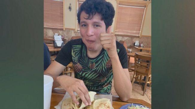 出生於達拉斯的19歲少年加利西亞日前遭到聯邦移民及海關執法局拘留將近一個月,最後收到當局發給他的身分,才能免於遭到遣返。(ABC電視台截圖)