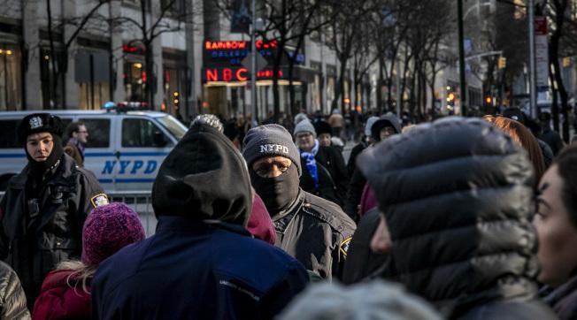 纽约警方在洛克斐勒中心巡逻,防范街头表演者给旅客占便宜。(美联社)