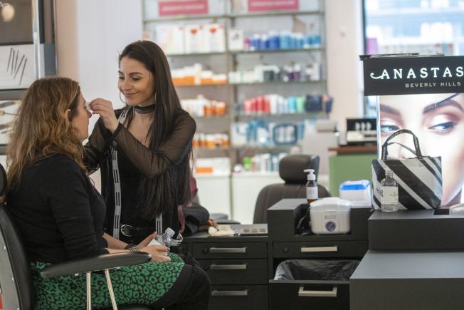 Nordstrom紐約市曼哈頓旗艦店的化妝品專櫃。(美聯社)