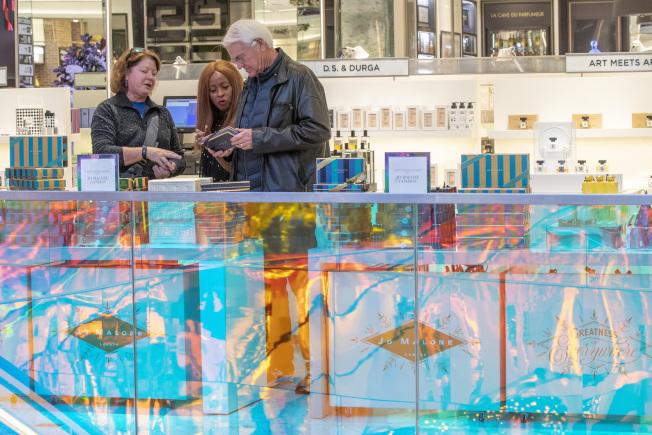 紐約市曼哈頓高檔百貨店薩克斯第五大道旗艦店內,顧客正在挑選商品。(美聯社)