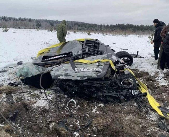 莫洛茲宣稱不滿車子一直故障,聘請直升機將車從高空摔毀。(取材自Kolesa)