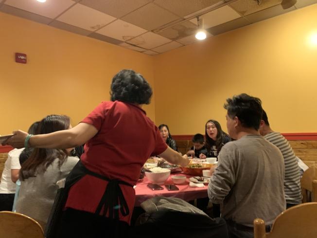 部分餐館會強制規定團體客人要付比較高額的小費,但不時會引發爭議。(記者張筠 / 攝影)