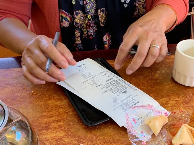 在餐館刷卡時,刷卡簽名時可用用手機照相,若出現問題,才有證據方便事後核實。(記者張筠╱攝影)
