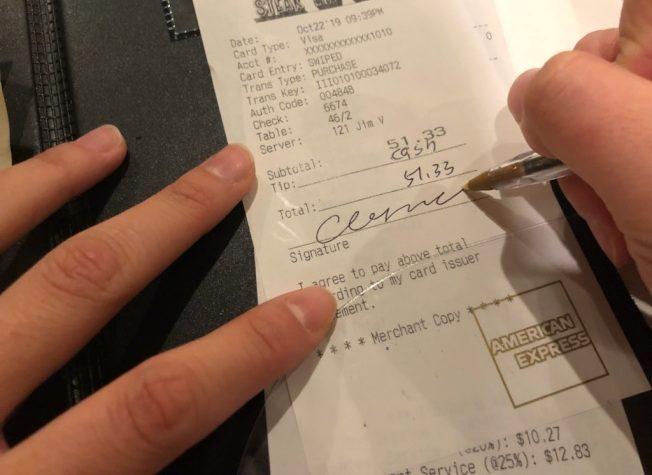 信用卡結帳時,如果小費是另以現金支付,可在小費欄註明。(記者賴蕙榆/攝影)