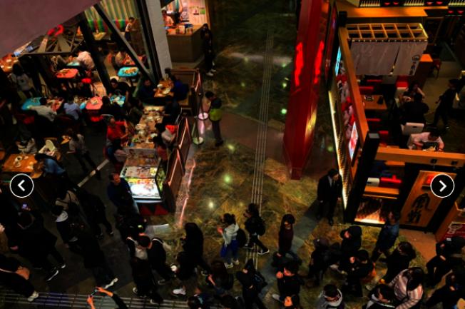 一批香港民眾晚上到旺角朗豪坊聚集,並高喊「光復香港、時代革命」等口號。(香港電台)