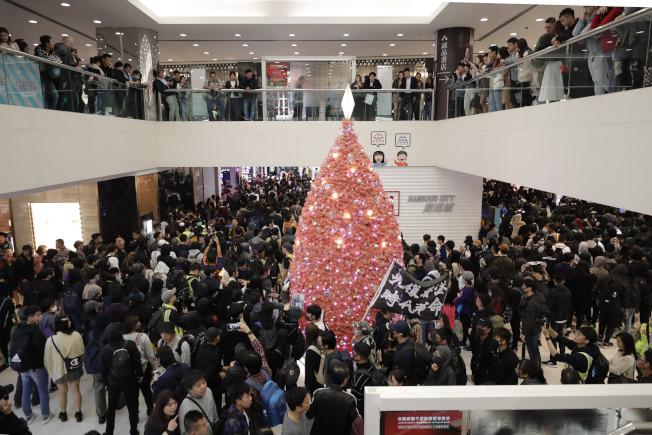 香港平安夜不不靜,旺角、尖沙咀、沙田等地商場都出現示威人群。(美聯社)