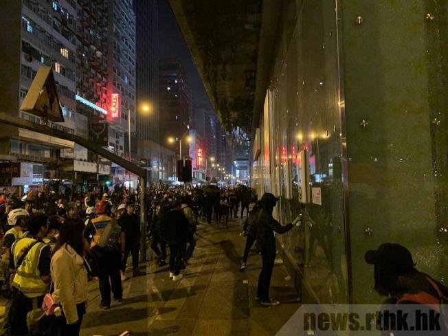 示威者平安夜旺角堵路,破壞匯豐銀行九龍總行。(取材自香港電台)